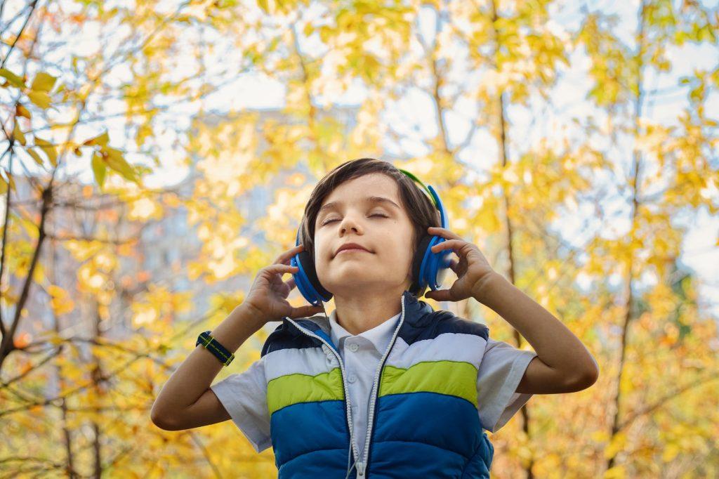 الاستماع إلى الموسيقى من أنحاء العالم