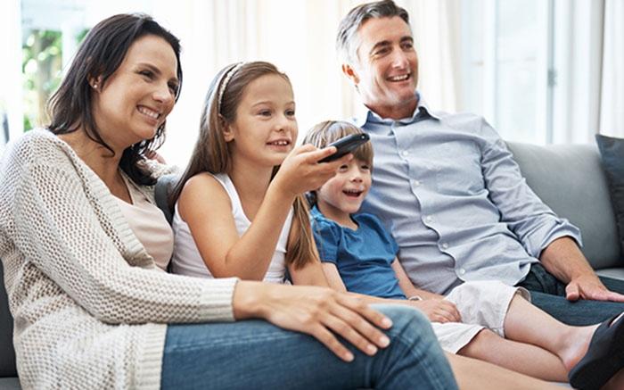 مشاهد التلفزيون أو استخدام اليوتيوب