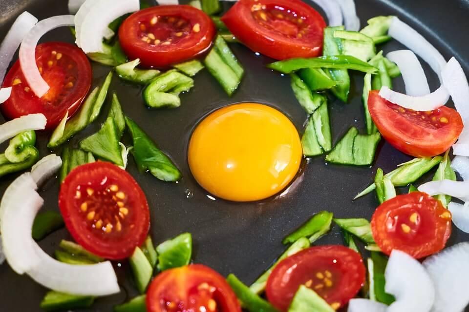 بيض اومليت بالخضار