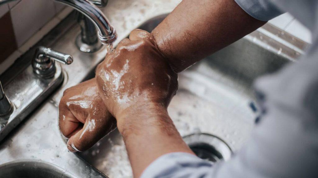 غسل اليدين جيداً و التعقيم