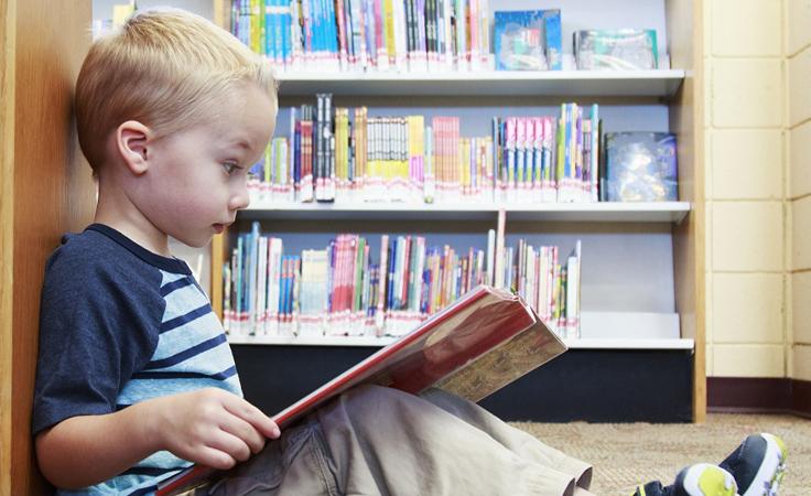 اصطحاب الطفل الي المكتبة